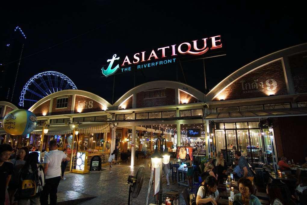 De boulevard van Asiatique the riverfront market in Bangkok