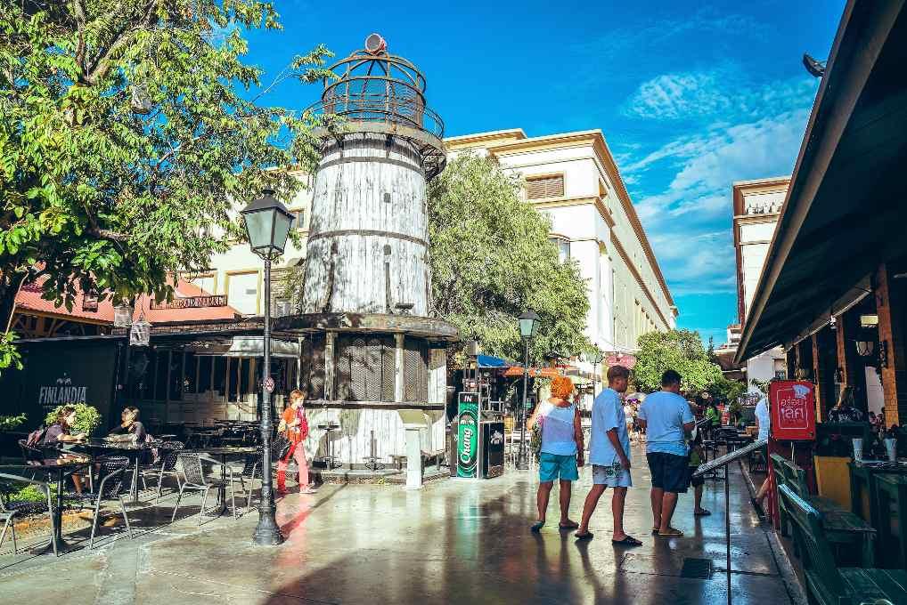 Het plein met vuurtoren op de Asiatique the riverfront Market in Bangkok