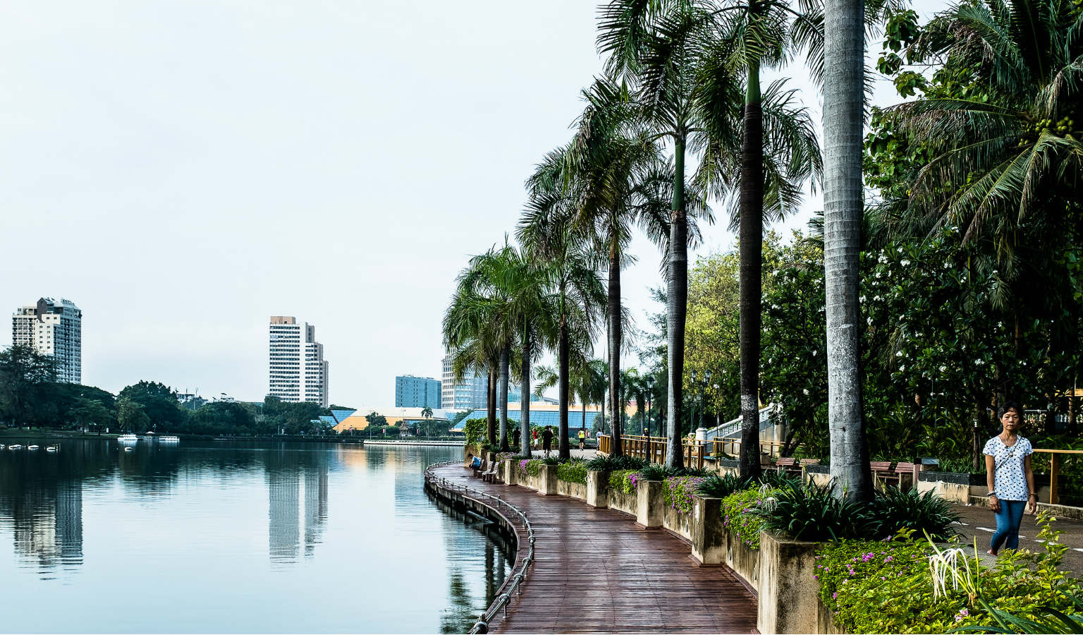 Wandelpad langs het meer van Benjakitti Park in Bangkok
