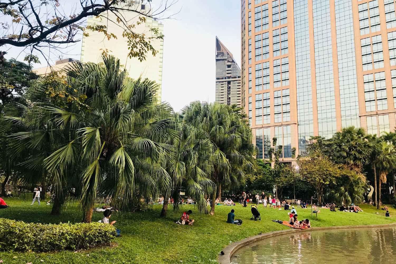 Mensen aan een meertje in het Benjasiri Park in Bangkok