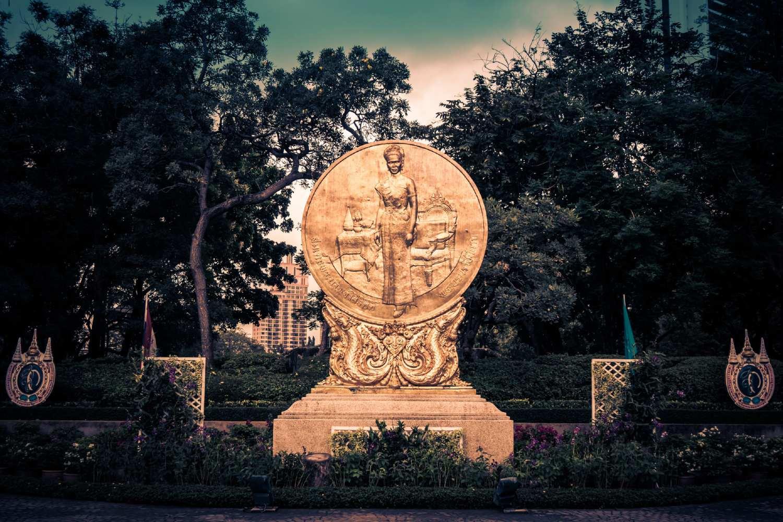 Het beeld van koningin Sirikit in het Benjasiri Park in Bangkok