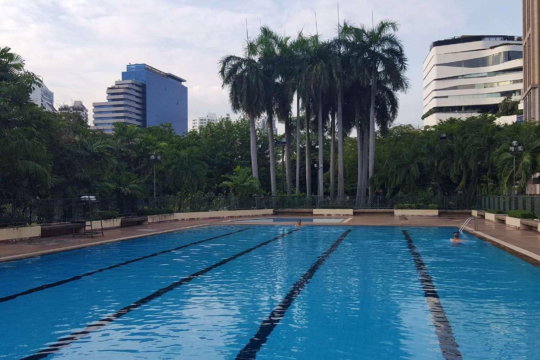 Het openbare zwembad in het Benjasiri Park in Bangkok