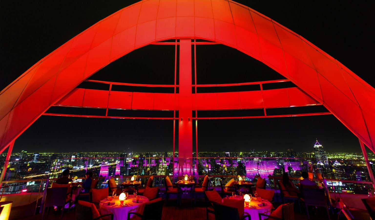 Red Sky Bar met rode boog en tafeltjes met uitzicht over Bangkok