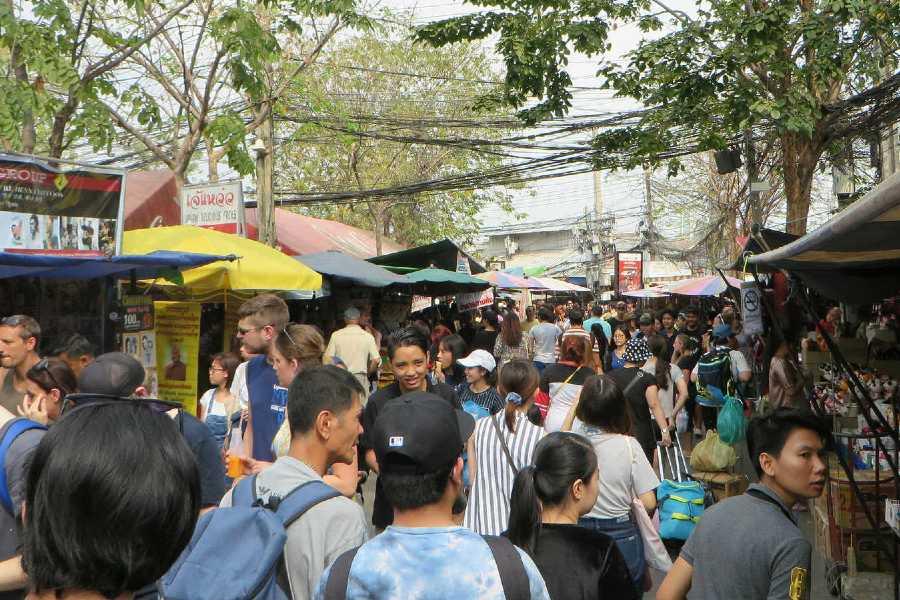 Veel mensen tussen de marktkramen van de Chatuchak Weekend Market in Bangkok