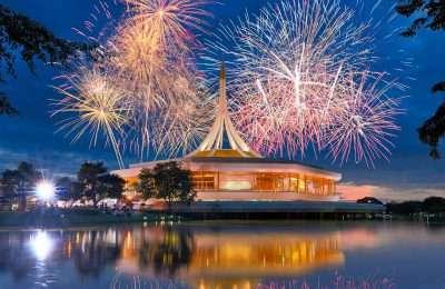 Gouden Paviljoen Dat Op Een Ruimteschip Lijkt.in King Rama IX Park In Bangkok, Thailand