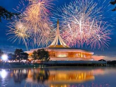 Vuurwerkshow En Het Gouden Paviljoen Dat Op Een Ruimteschip Lijkt In Het King Rama IX Park In Bangkok, Thailand