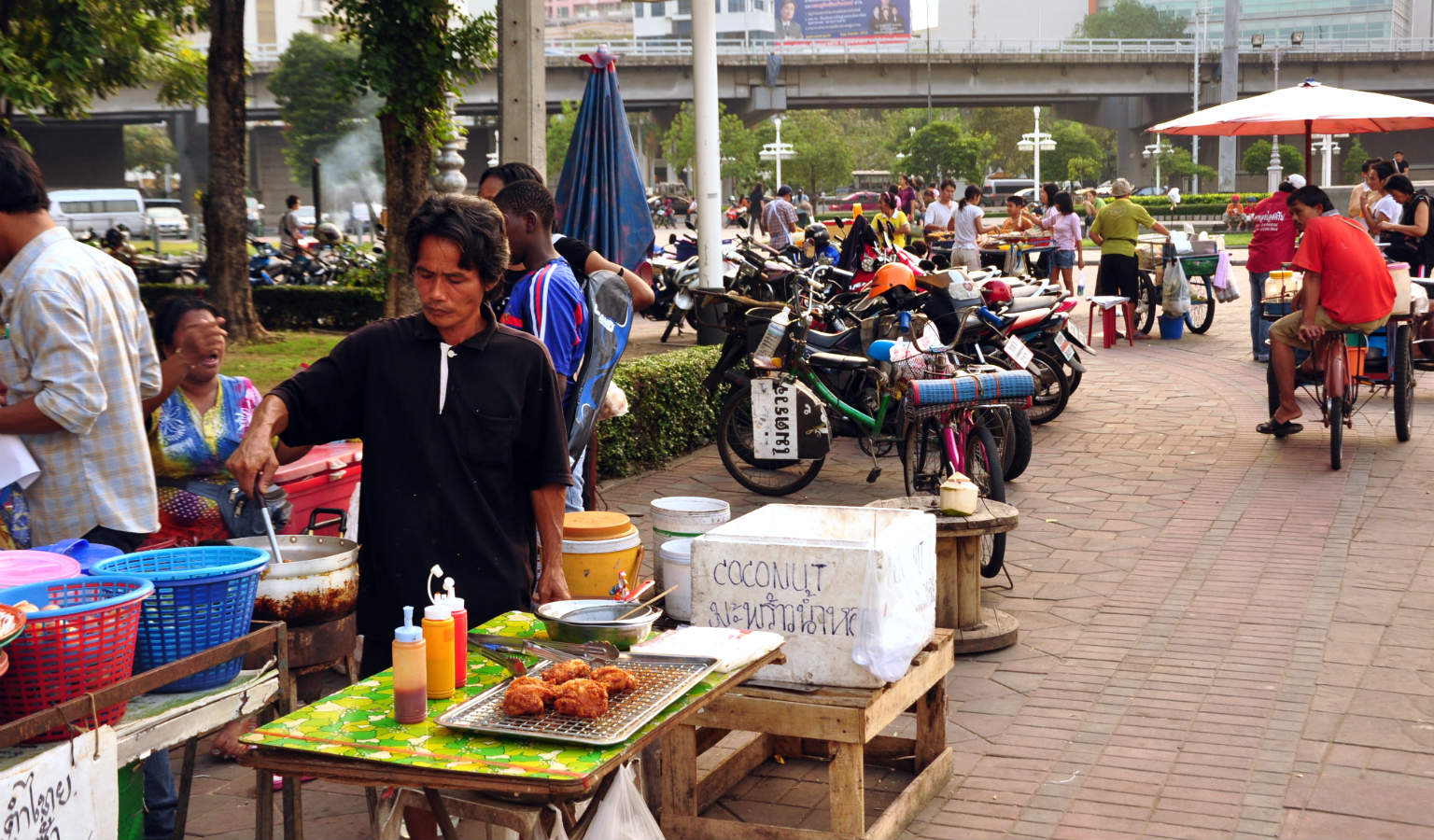 Food stalls bij de ingang van Lumphini Park in Bangkok, Thailand
