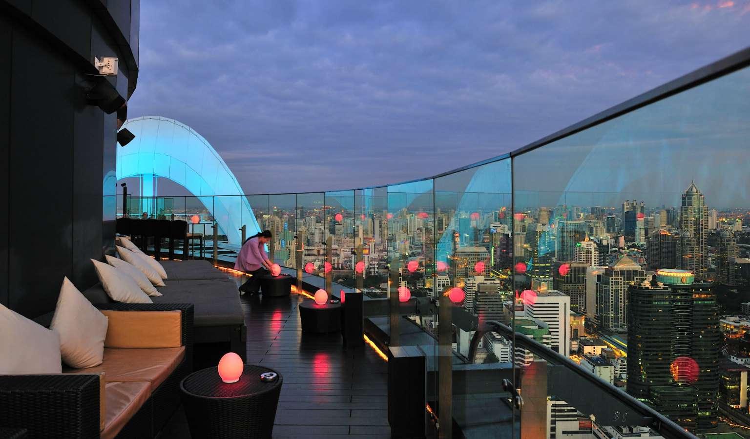 Terras met lounge banken en uitzicht over Bangkok