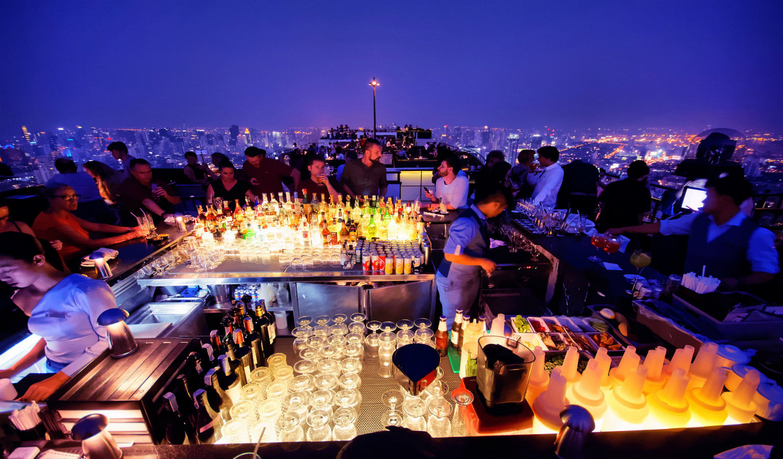 Mensen rondom de bar van Vertigo and Moon bar met uitzicht over Bangkok