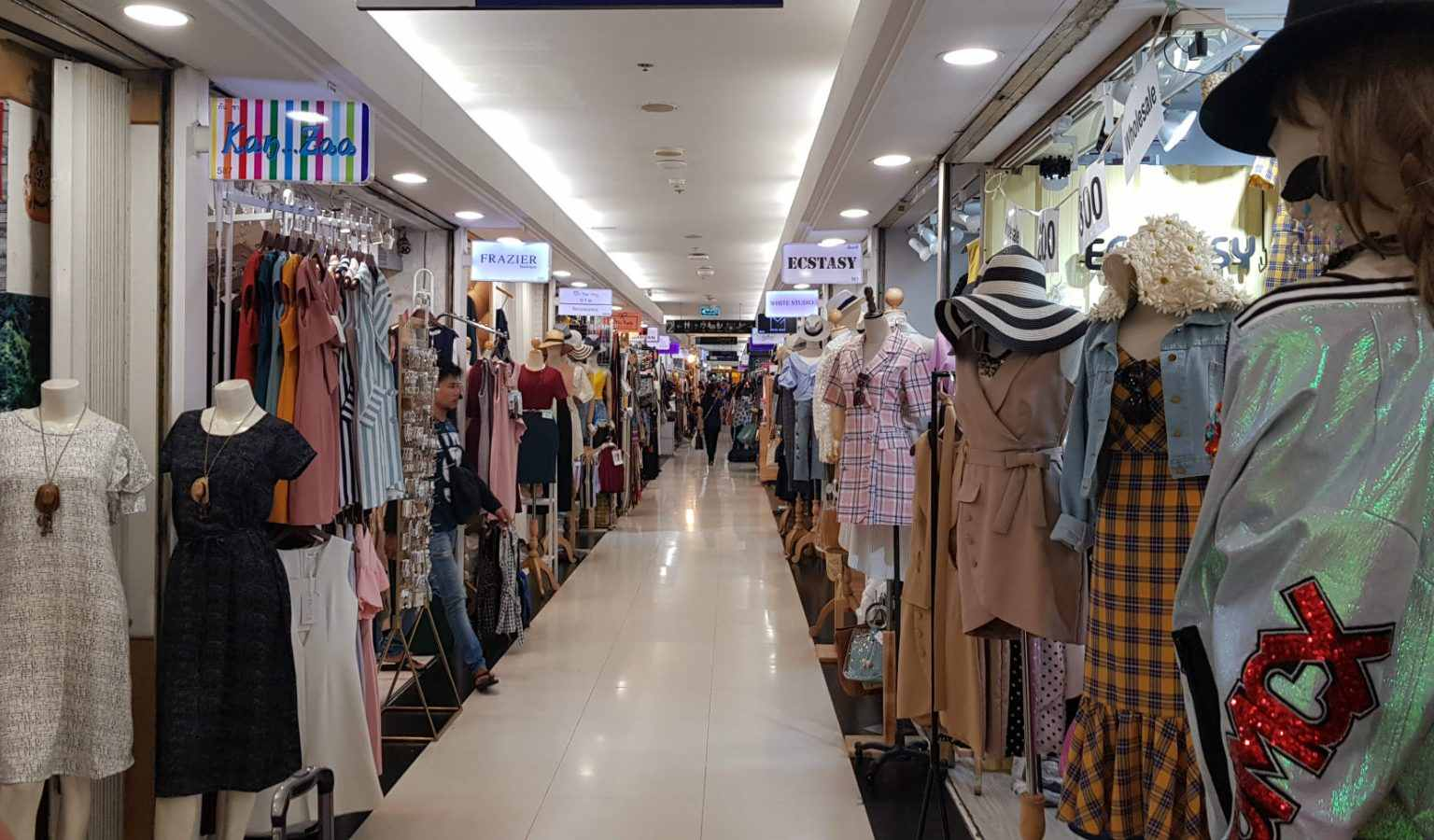 Lange gang met met aan weerszijde kleine kledingwinkeltjes in Platinum Fashion Mall in Bangkok