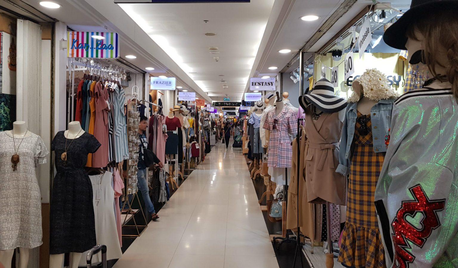 Lange gang in Platinum Fashion mall met aan weerszijde kleine kleding winkeltjes