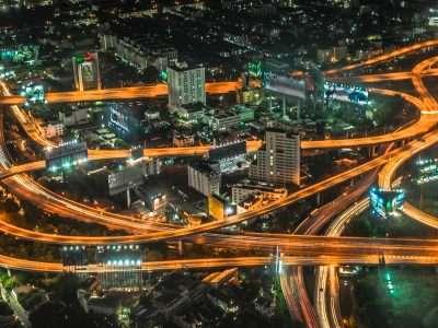 Verlichte Autowegen Bij Nacht In Bangkok, Vanaf De 84e Verdieping Van De Baiyoke Sky Bar