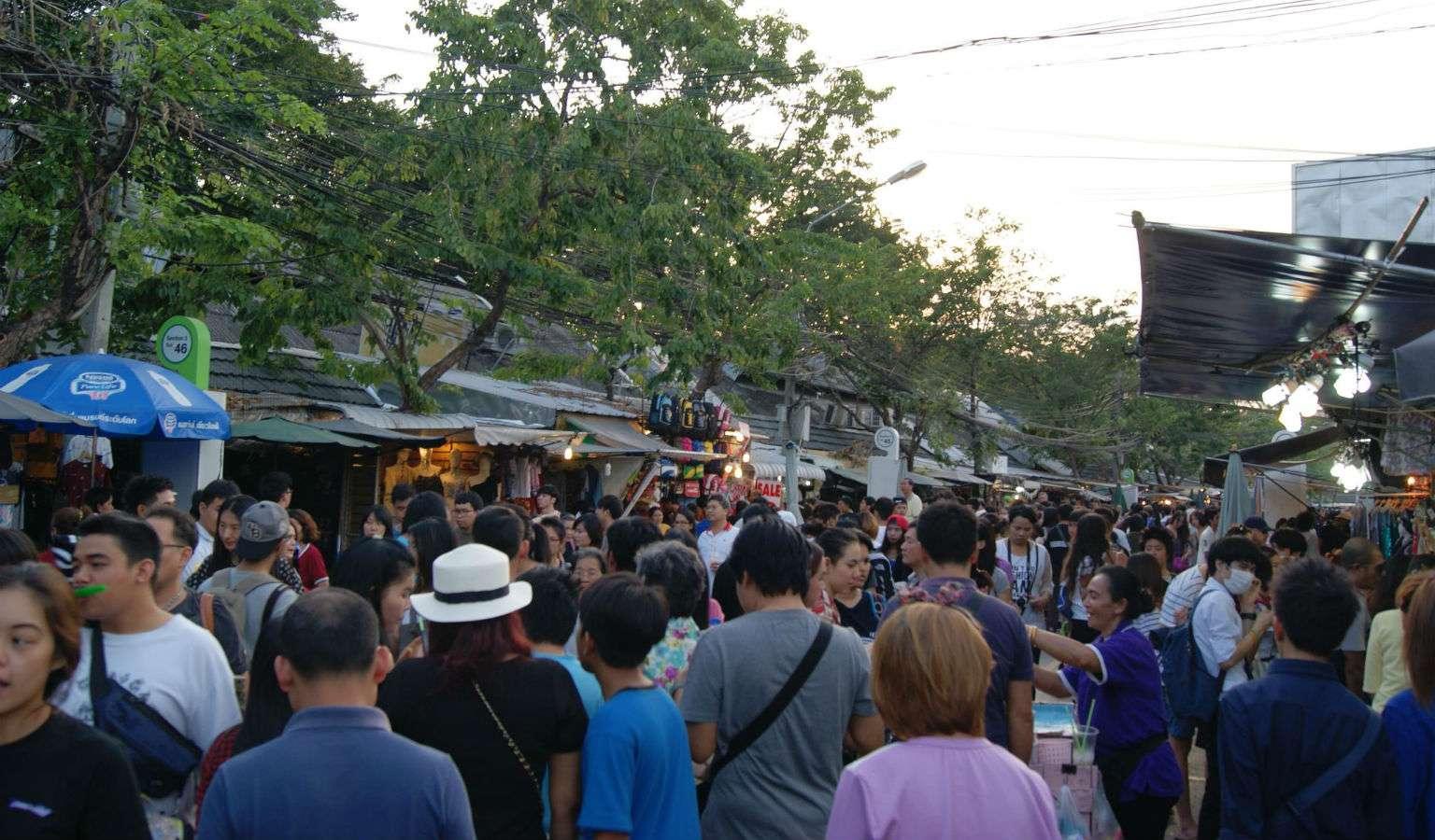 Drukte op de Chatuchak Weekend Market, Bangkok