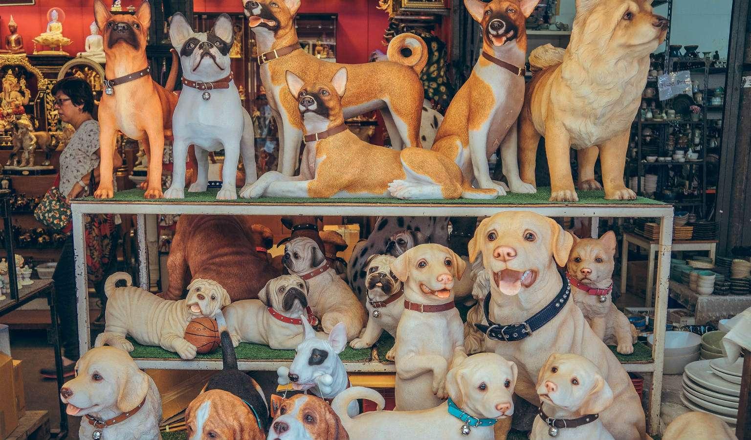 Marktkraam met honden beeldjes op de Chatuchak Weekend Market, Bangkok