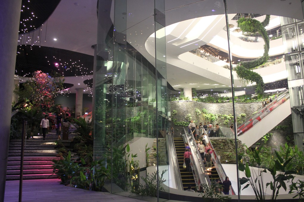 Groene beplanting en glazen wanden in Emquartier