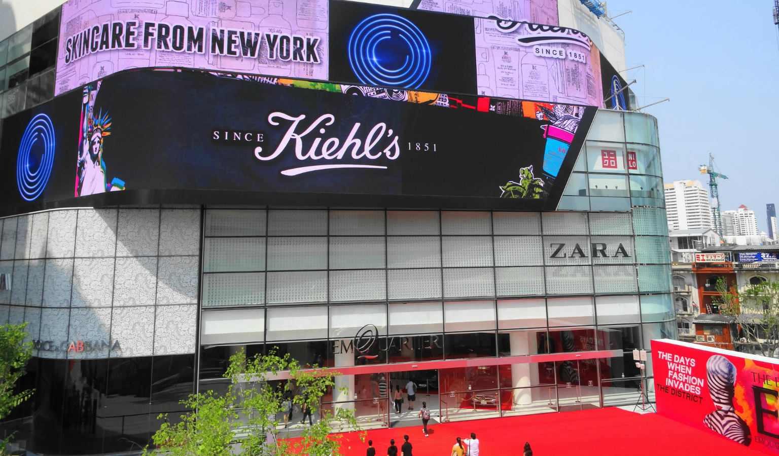 Rood tapijt en grote ramen bij de entree van EmQuartier shopping mall in Bangkok