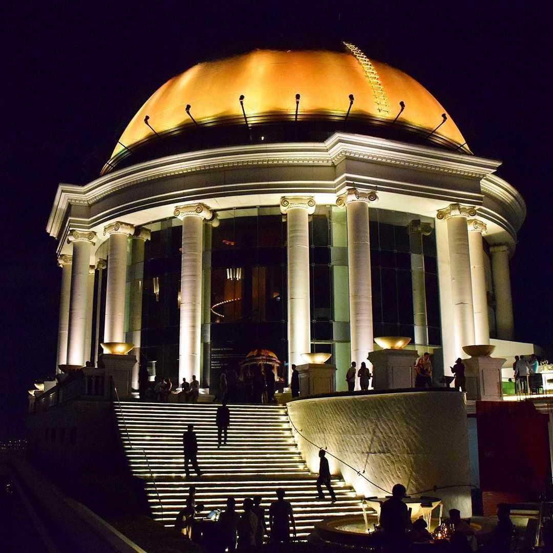 De koepel van de Lebua State Tower in Bangok waar Sirocco Sky Bar is gelegen