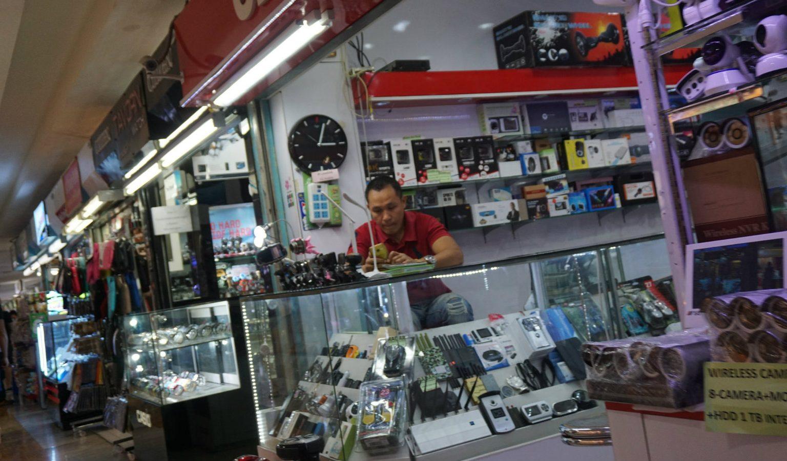 Telefoonverkoper in klein elektronica winkeltje in MBK Center