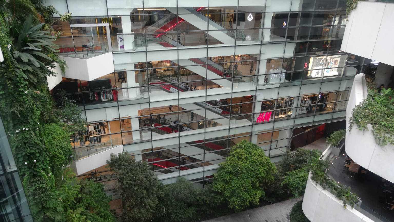 De H&M en roltrappen van het luxe engrote EmQuartier Shopping Mall in Bangkok