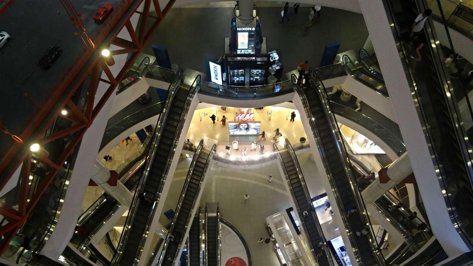 De vele roltrappen en verdiepingen in Terminal 21 van boven af gezien.