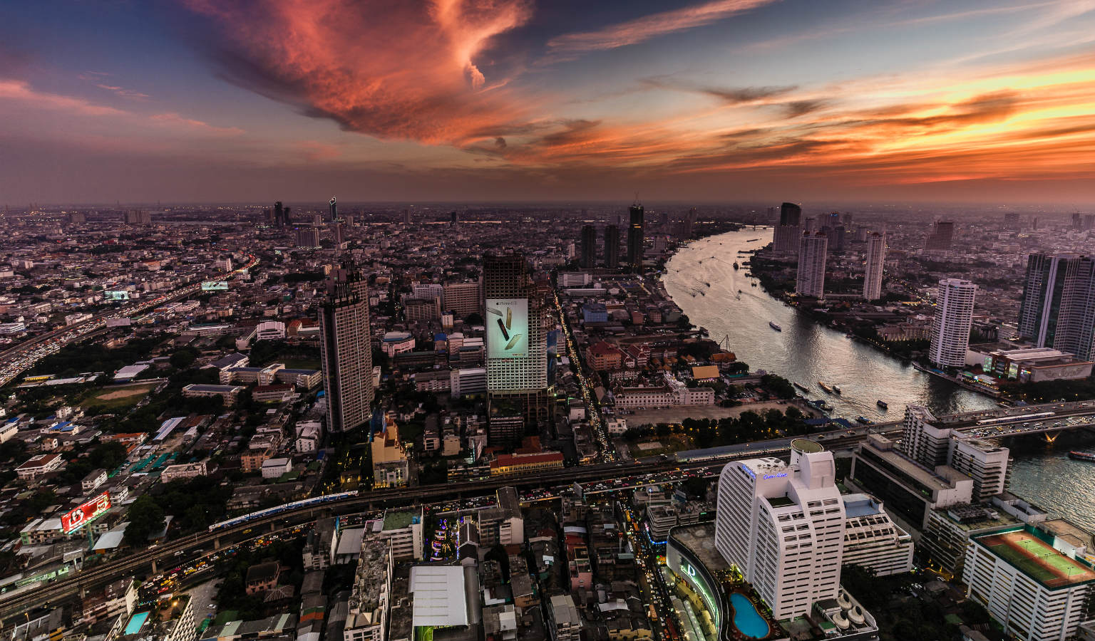 Uitzicht op Bangkok en Chao Phraya rivier vanaf Sirocco Sky Bar @ Lebua