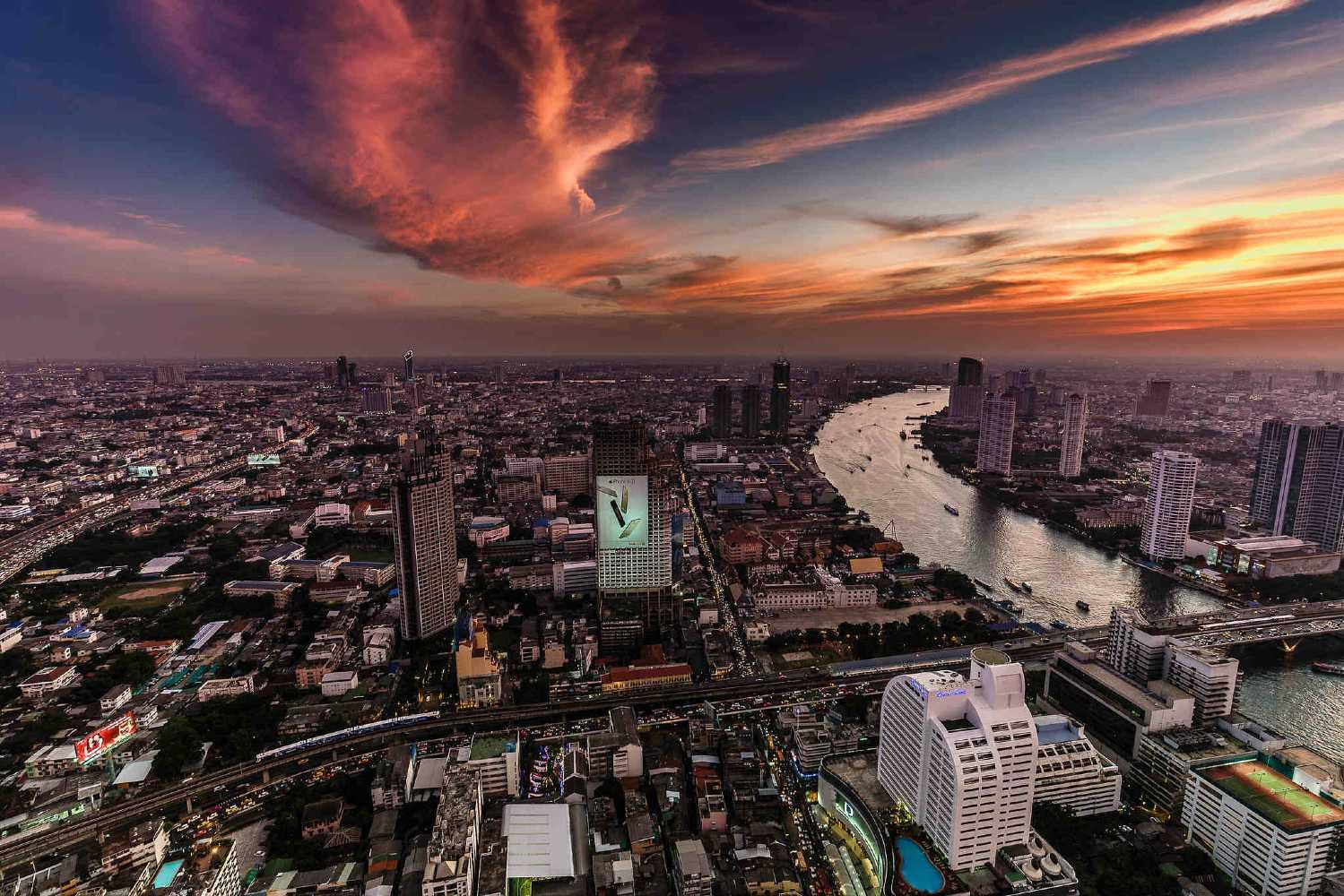 Uitzicht over de sky line van Bangkok en Chao Phraya rivier vanaf Sirocco Sky Bar @ Lebua