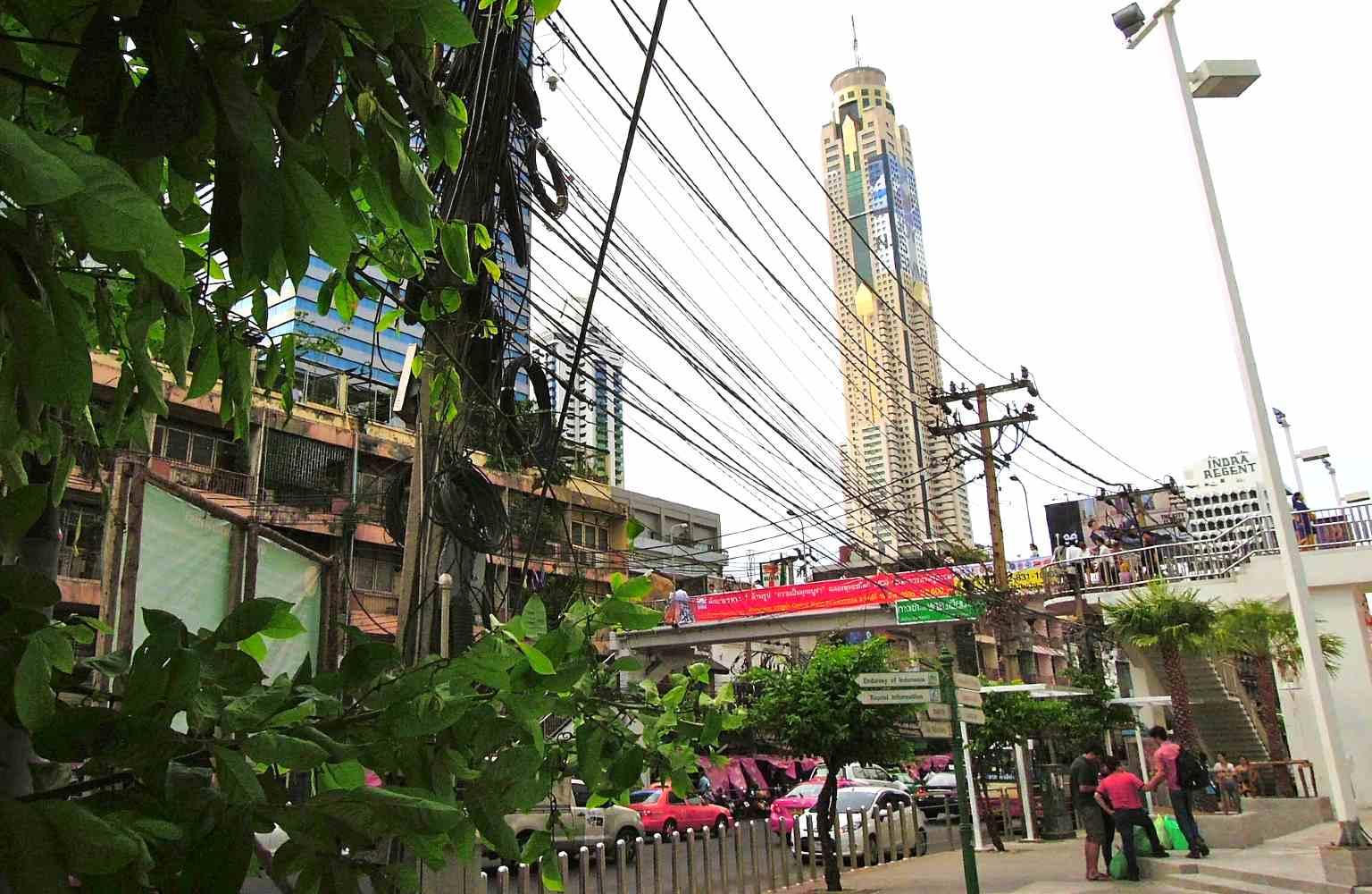 Baiyoke Sky in Bangkok, hotel met 84 verdiepingen vanaf de straat gezien