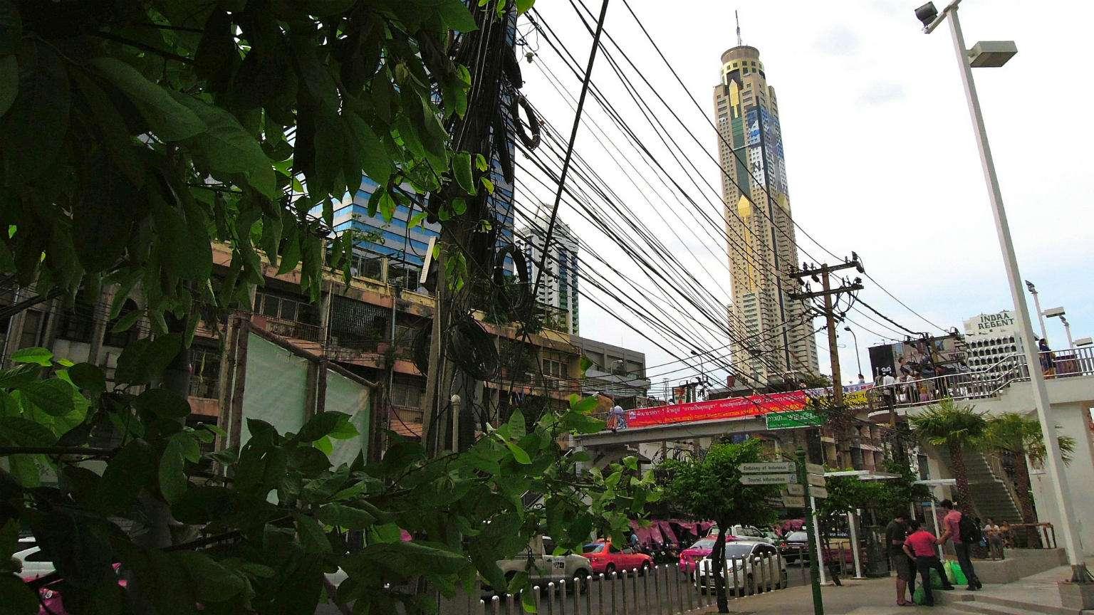 Baiyoke Sky, hotel met 84 verdiepingen vanaf de straat gezien.