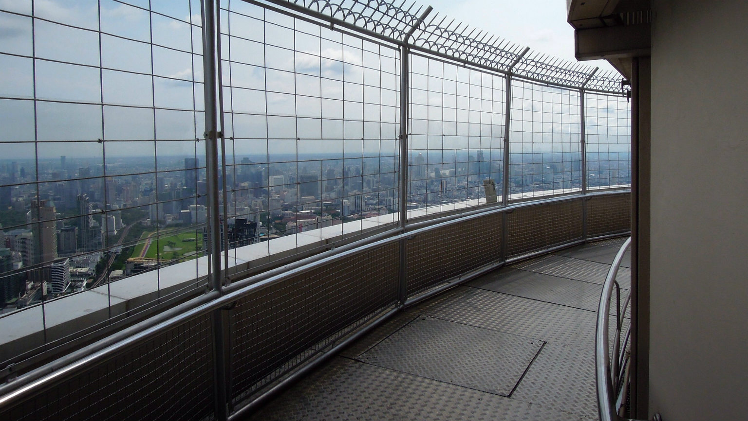 Ronddraaiend platform met tralies met uitzicht over Bangkok,