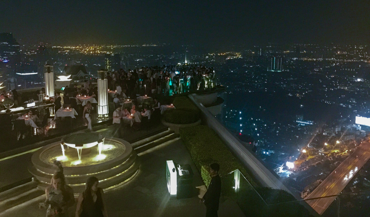 de Sky Bar @ Lebua, in de avond druk met mensen rondom
