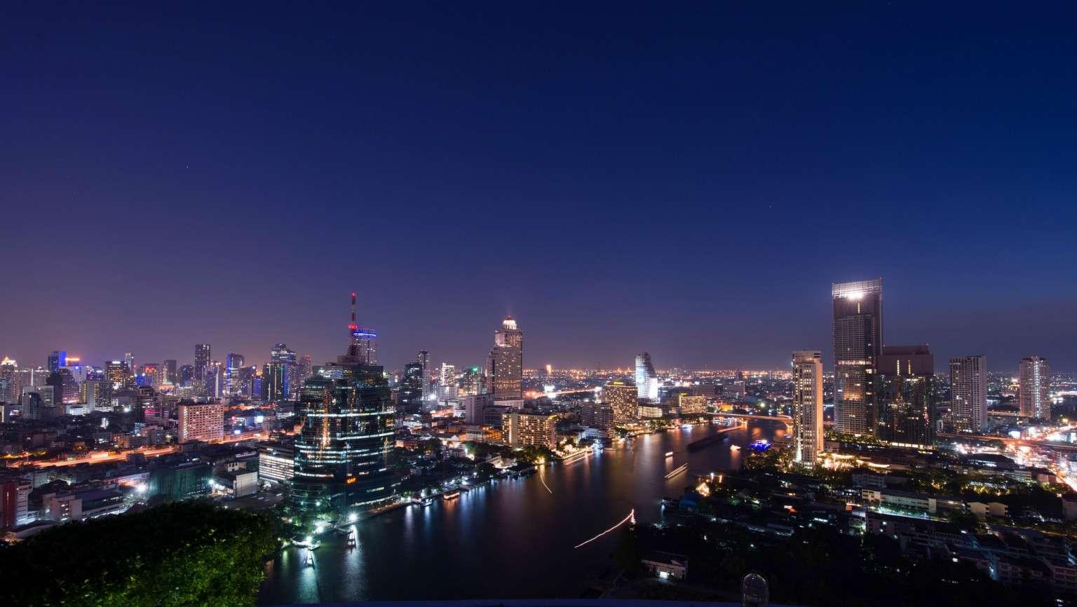 Sky Line bij nacht over rivier en stad vanaf de Three sixty sky bar