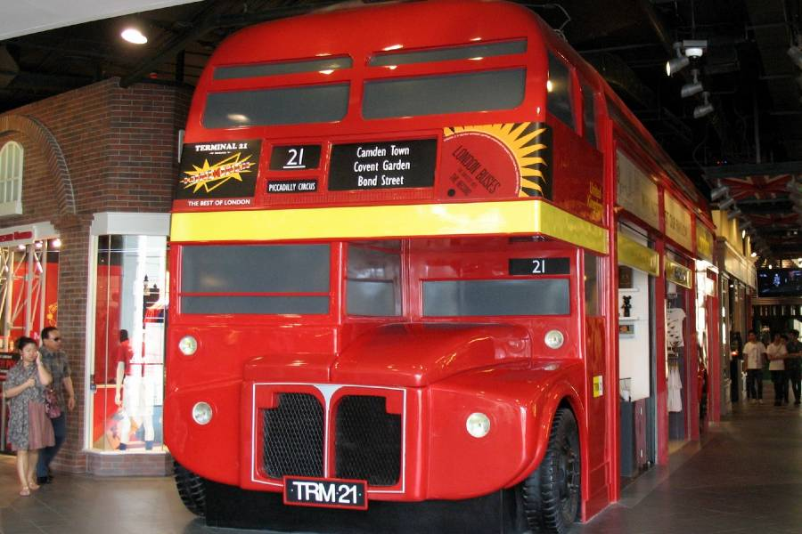 De dubbeldekker bus op de London verdieping in Terminal 21
