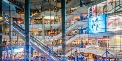 Lange Roltrap Zichtbaar Door Groot Raam Van Terminal 21 Shopping Mall In Bangkok