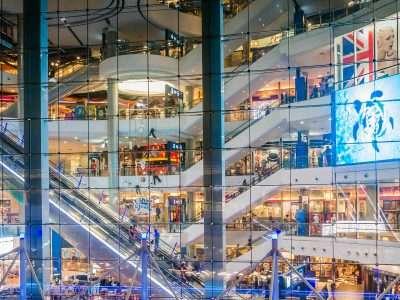 Lange Roltrap Zichtbaar Door Groot Raam Van Terminal 21 Shopping Mall