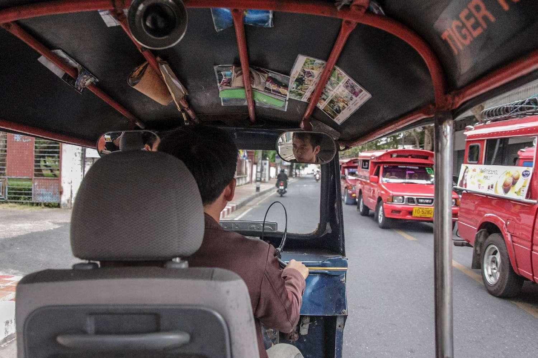 Een tuk tuk van binnen in Chiang Mai