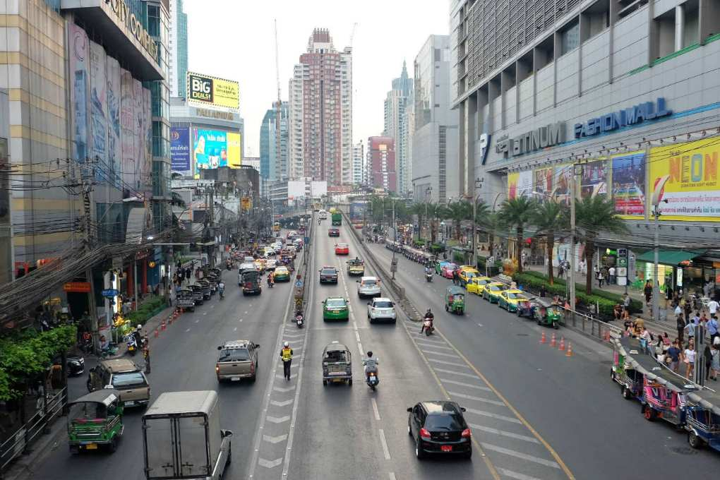 De hoofdweg langs de Platinum Fashon Mall in Bangkkok