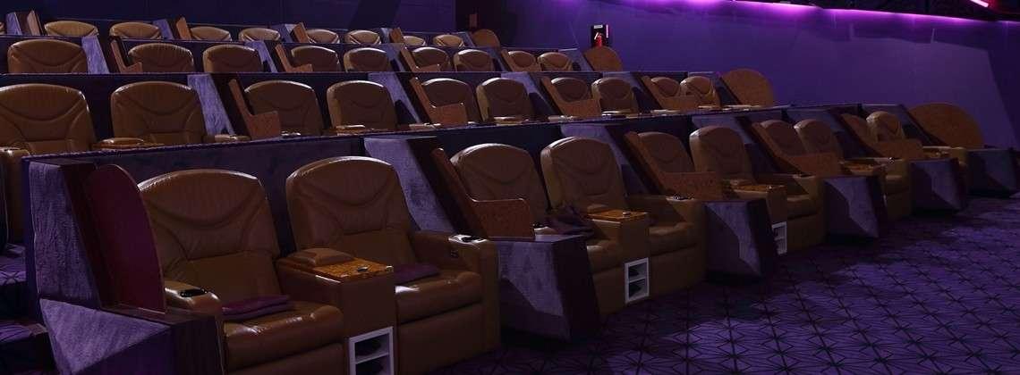 Mega lekkere loungestoelen bij de bioscoop van de EmQuartier Shopping Mall in Bangkok (Quartier CineArt)