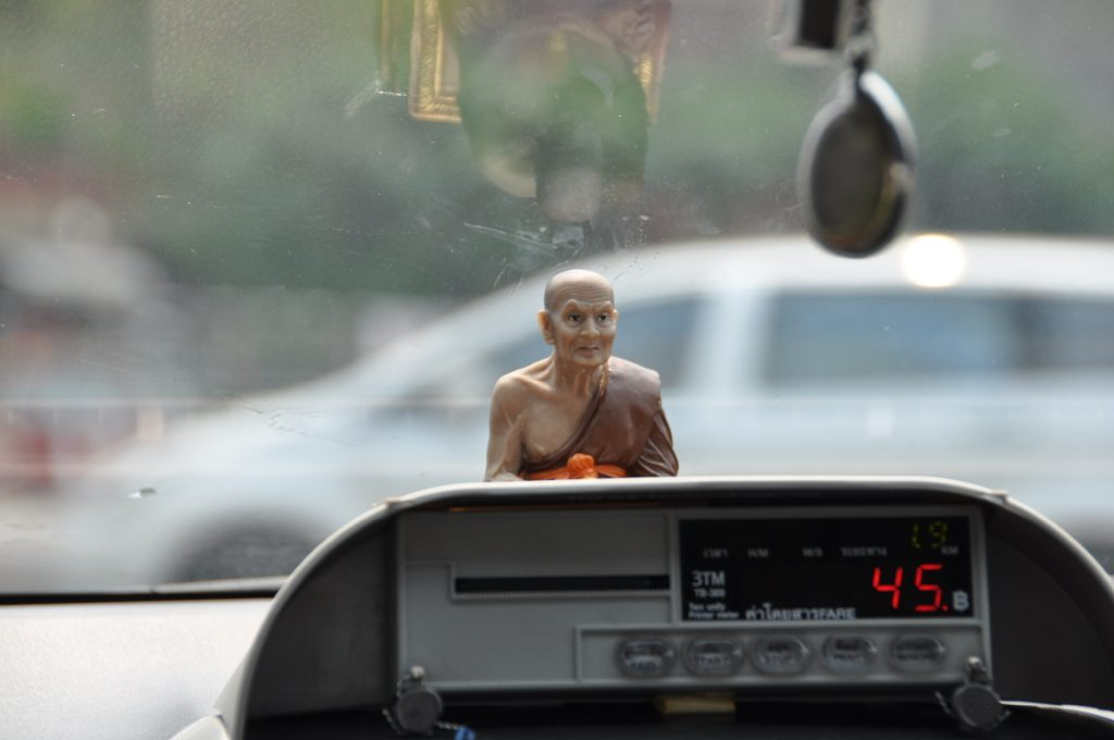 Taxi meter in een taxi in Bangkok, Thailand