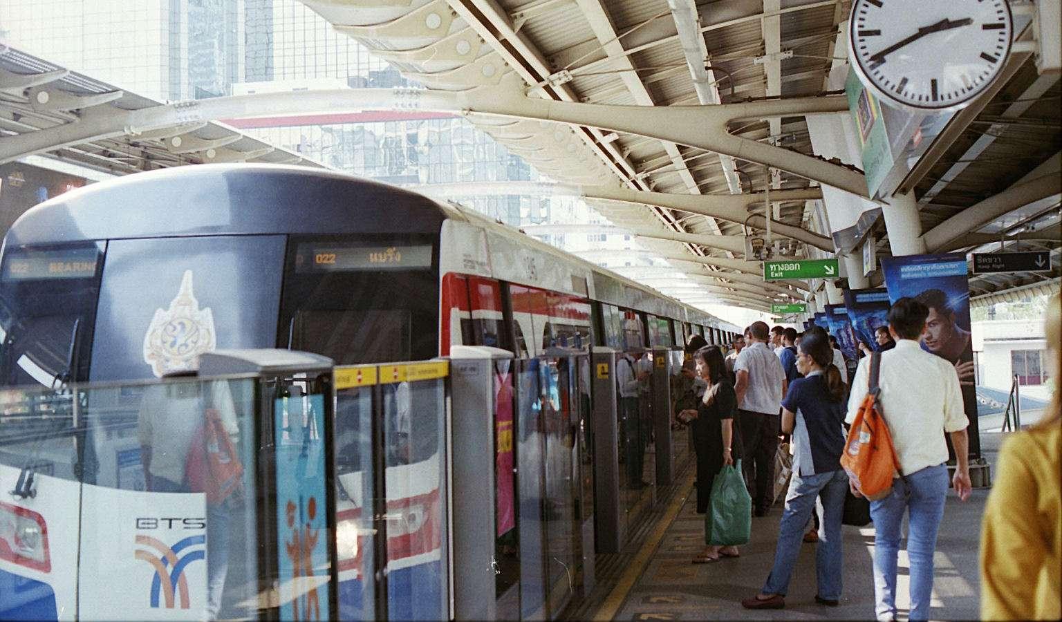Mnesen die instappen op het perron van de BTS Sky Train