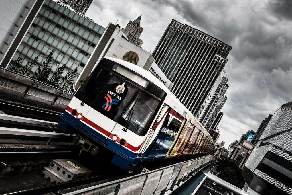 BTS Sky Train op rails boven het centrum van Bangkok