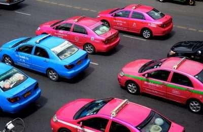Rose En Blauwe Taxi's Op Straat
