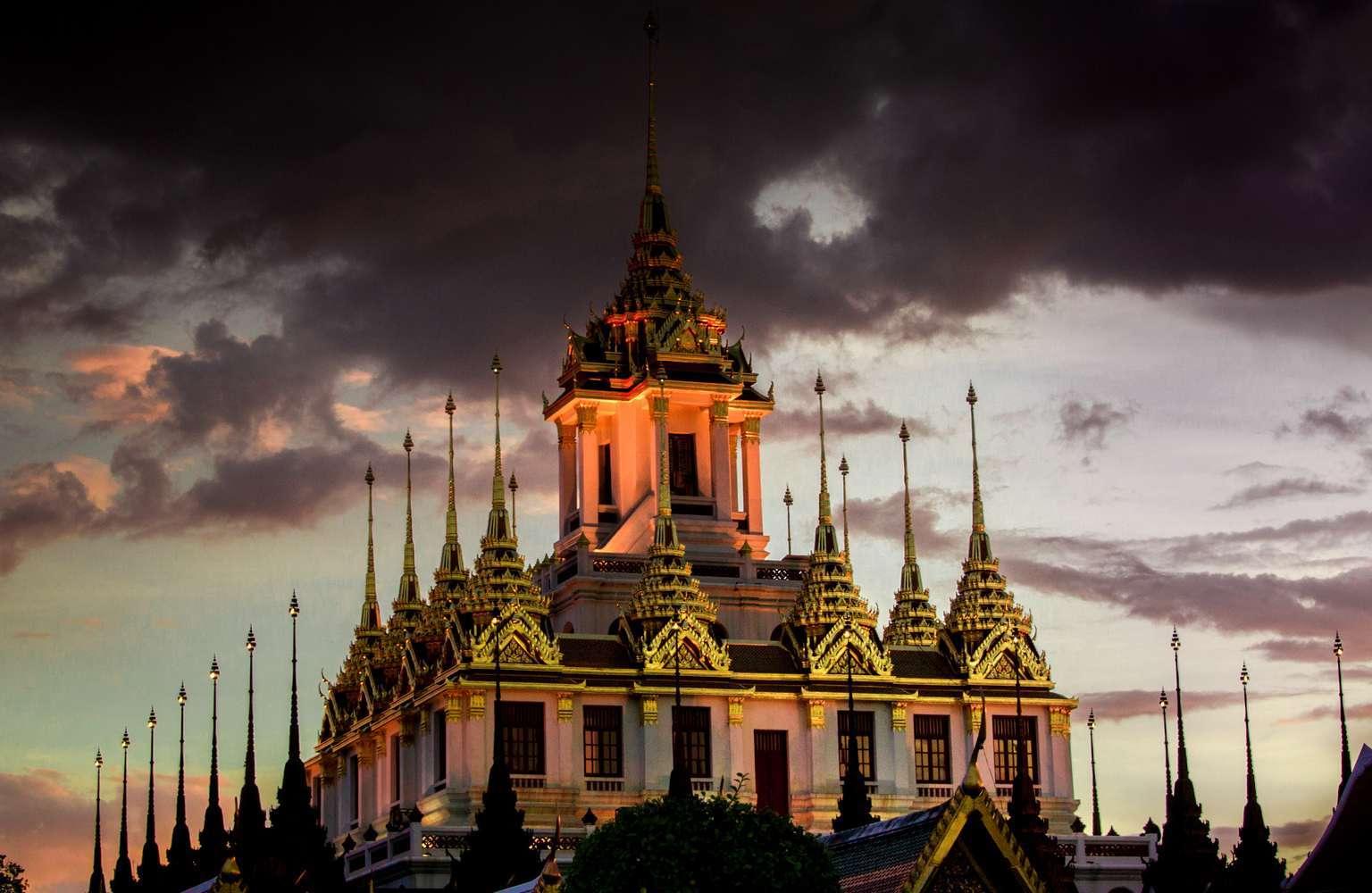 De Loha Prasat in Bangkok tijdens de schemering van de avond
