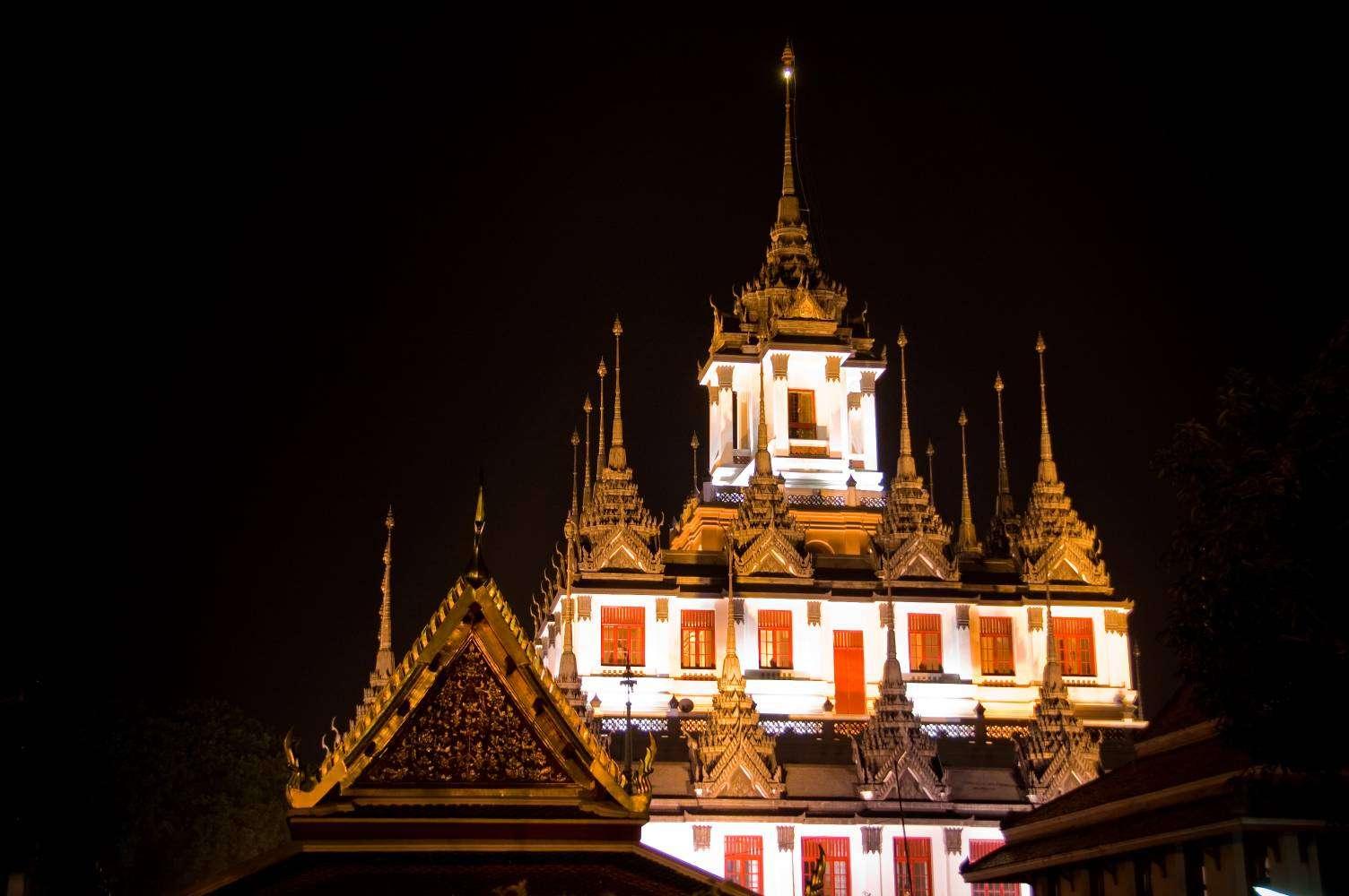 De Loha Prasat tempel in Bangkok in de nacht uitgelicht
