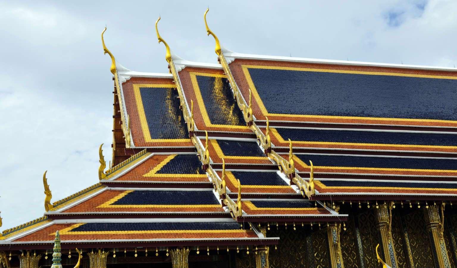 Het dak van de Wat Phra Kaew, tempel van De Smaragdgroene Boeddha op het Grand Palace terrein in Bangkok, Thailand