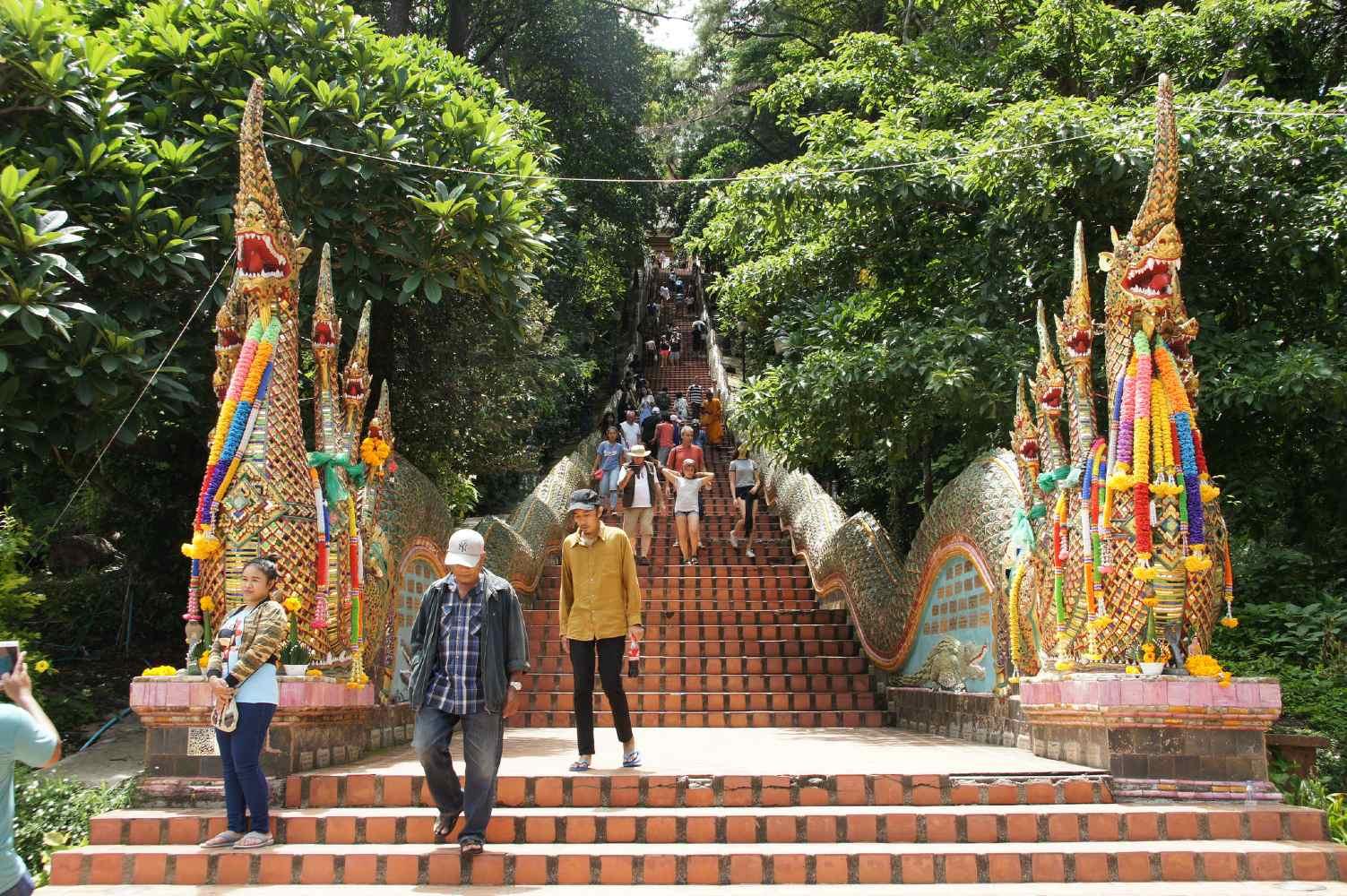 De trap naar de Wat Phrathat op de Doi Suthep in Chiang Mai, Thailand