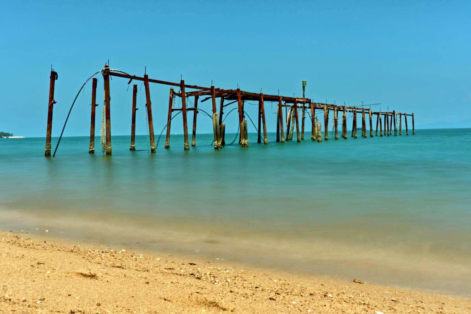 Oude houten pier op Bophut Beach, Koh Samui
