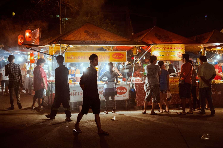 Slenteren op de Friday Night Market van Bophut Beach op Koh Samui, Thailand
