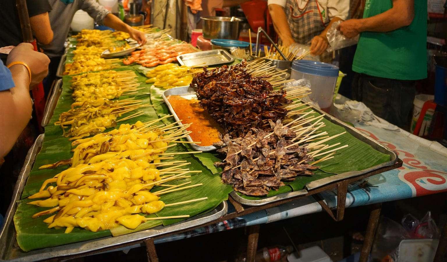 Street food op de Sunday Market in Chiang Mai, Thailand