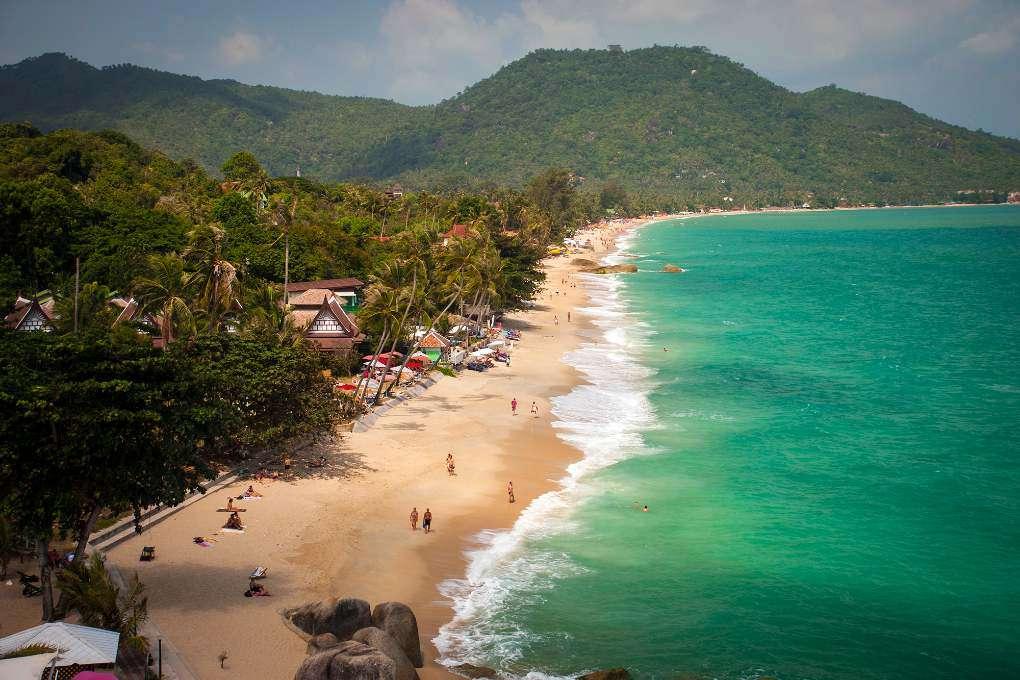 luchtfoto van het witte strand, groene palmbomen en blauwe zee van Lamai Beach.