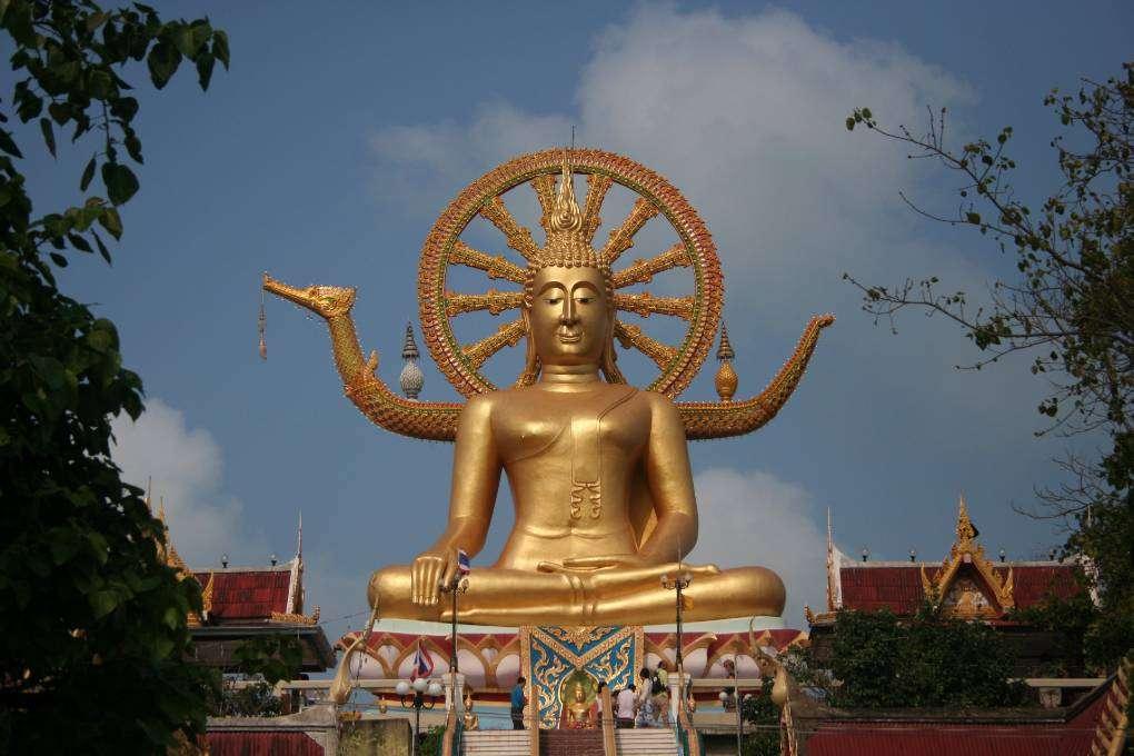 Grote gouden boeddha met goudkleurig wiel van geluk bij de Big Buddha Tempel (Wat Phra Yai) op Koh Samui